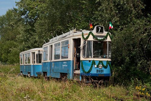 Der geschmückte Zug präsentiert sich ein letzes Mal in Blindheim im Sonnenlicht