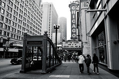 Chicago Theatre, Chicago, Illinois, USA. (Flash Parker) Tags: blackandwhite usa chicago illinois pedestrians chicagotheatre greatamericanroadtrip digitaltravel usa61288