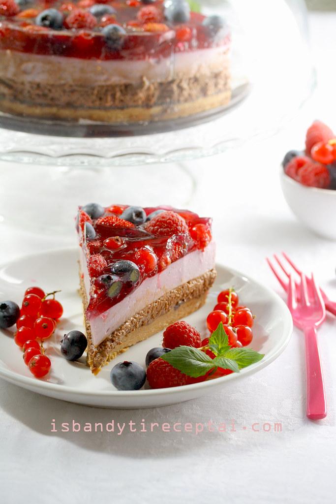 Jogurtinis želės tortas su uogomis ir šokoladu