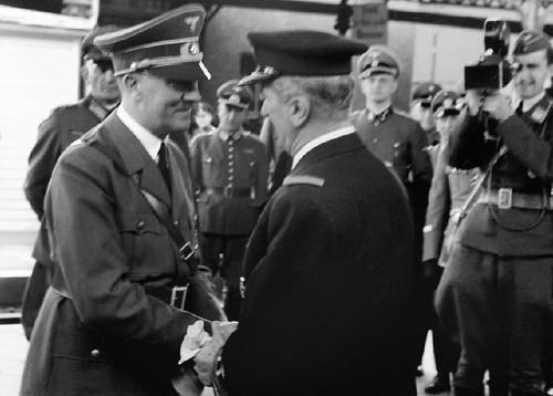 Hitler se reunió con Hotthy en 1941 para discutir el papel de las tropas húngaras en la invasión de Rusia. Dr. Uziel identificóal cineasta a la derecha como Walter Frentz, un camarógrafo de la Propagandakompanie .