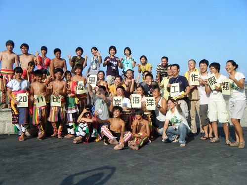 比西里岸部落寶抱鼓隊的青少年們帶領工作假期志工感受阿美族人的好客與活力