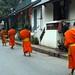 Filas de monges a passos rápidos e pés descalços