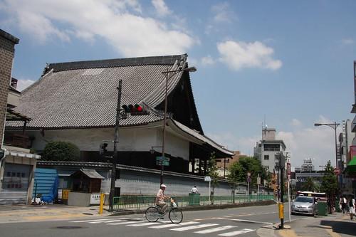 どっしりとした本堂 / Temple in the town