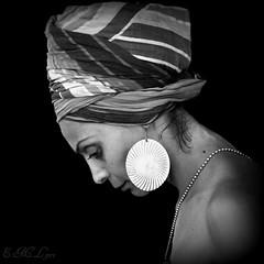 frica  [Etnosur 2011 #23] (E.M.Lpez) Tags: africa bw woman blancoynegro festival blackwhite mujer fiesta perfil retrato julio verano jaen potrait racial turbante africana virado joya etnico 2011 robado etnosur etnia etnica alcallareal
