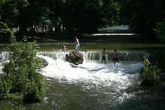 Badegäste im Eisbach