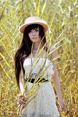 [フリー画像] 人物, 女性, アジア女性, 草原, 帽子・キャップ, 201107232100