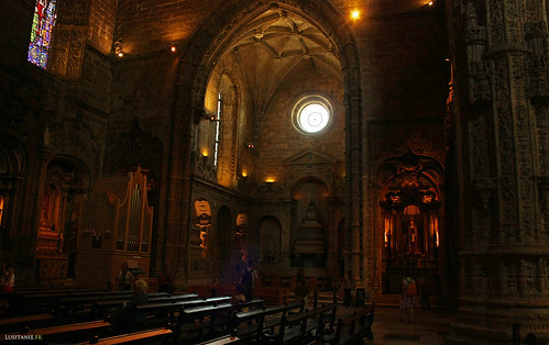 Ao fundo, na capela, o tumulo de um rei