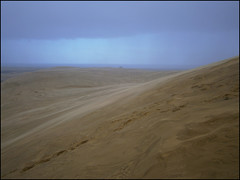 Climbing the Te Paki Dunes under the rain and the wind !