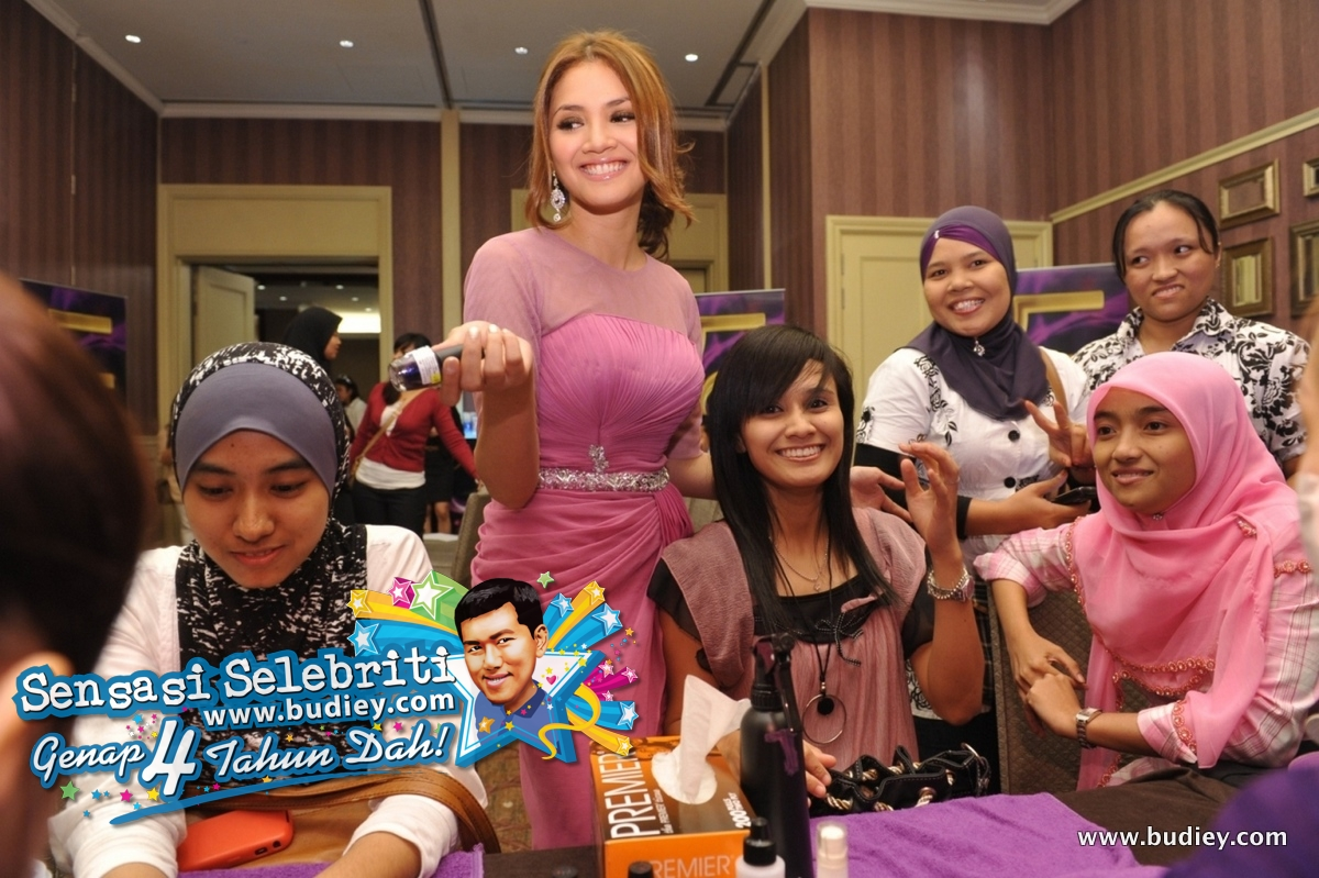 Fazura with her fans during manicure session