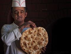 Orgull propi - Proud of himself (Laponet) Tags: portrait robert proud bread pain retrato olympus pizza pa pan e1 zuiko brod jerash orgullo orgull pizzero maulet laponet