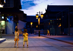 Look! () Tags: china leica people kids night children landscape lowlight wuxi child snapshot documentary rangefinder typhoon reportage streetshot m9 sonnar carlzeiss zm leicam9 flickraward csonnart1550 gettychinaq3