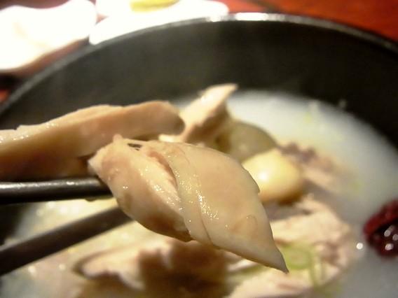 ヤンバン(両班)サムゲタンの鶏肉をお箸で