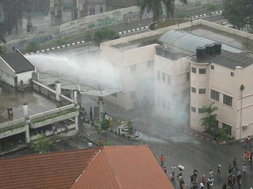Bersih 2.0 - FRU spraying water cannon into Tung Shin compound