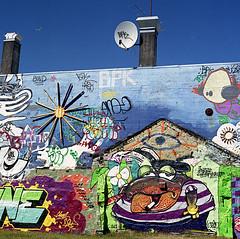 (einheit) Tags: street urban streetart color 120 6x6 mediumformat graffiti iceland courtyard squat fujifilm reykjavík bombing icelandic islanda hasselblad501cm c41 mittelformat fujicolorreala100 medioformato scanfromfilm autaut carlzeissplanar80mmf28cft hverfisgatastreet