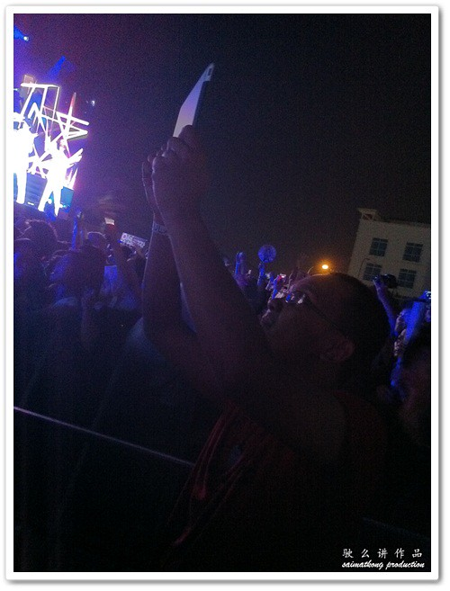 Some even use iPad and Galaxy Tab to take photo and video for the MTV World Stage!