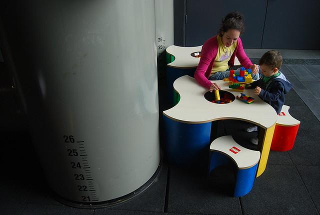Vero y Teo jugando en el museo del petróleo de Stavanger