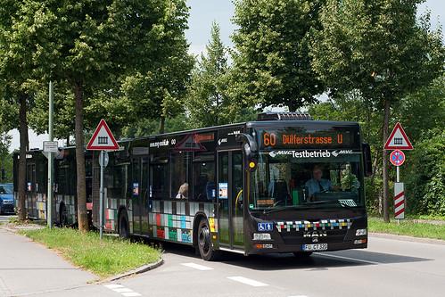 Oft ist der Bahnübergang der S1 geschlossen, was der Linie 173 Verspätungen beschert. Der Buszug auf der Linie 60 biegt erst danach ein.