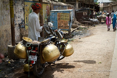 Water deliver (Sandro_Lacarbona) Tags: voyage street trip travel india man water bike eau pot moto copper jar turban rue backpacker sandro rajasthan homme deliver inde motocycle routard cuivre bundi tourdumonde livreur tetedechatcom lacarbona