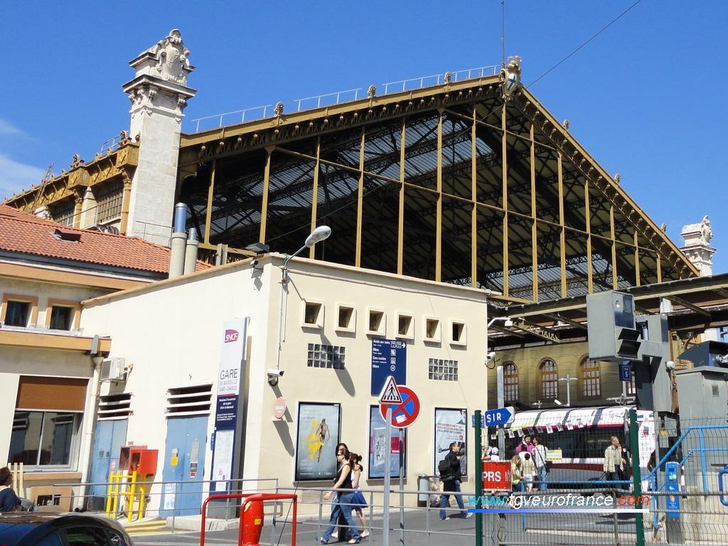 Vue de l'entrée de la gare SNCF de Marseille Saint-Charles