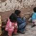 Crianças brincando nas ruelas de Cusco