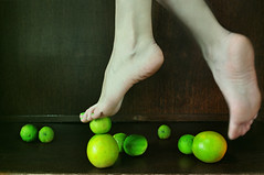 VERDE: a cor do equilbrio (Larissa Grace.) Tags: portrait verde green feet self photography photo lemon nikon laranja autoretrato grace nails fotos dedos ps leveza movimento fotografia projeto p verdes larissa unhas equilibrium aquarela equilbrio limes d90