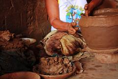 Oleira (Arthur Garcia) Tags: rebel jornalismo artesanal cermica barro xsi coqueiros fotojornalismo personagens panelas manufatura oleira maragogipe 450d