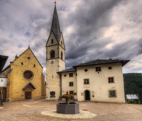 Proveis -  Rathaus und Kirche