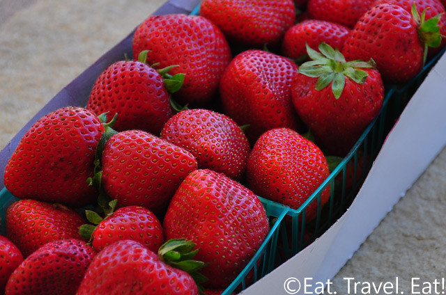 how to eat strawberries correctly