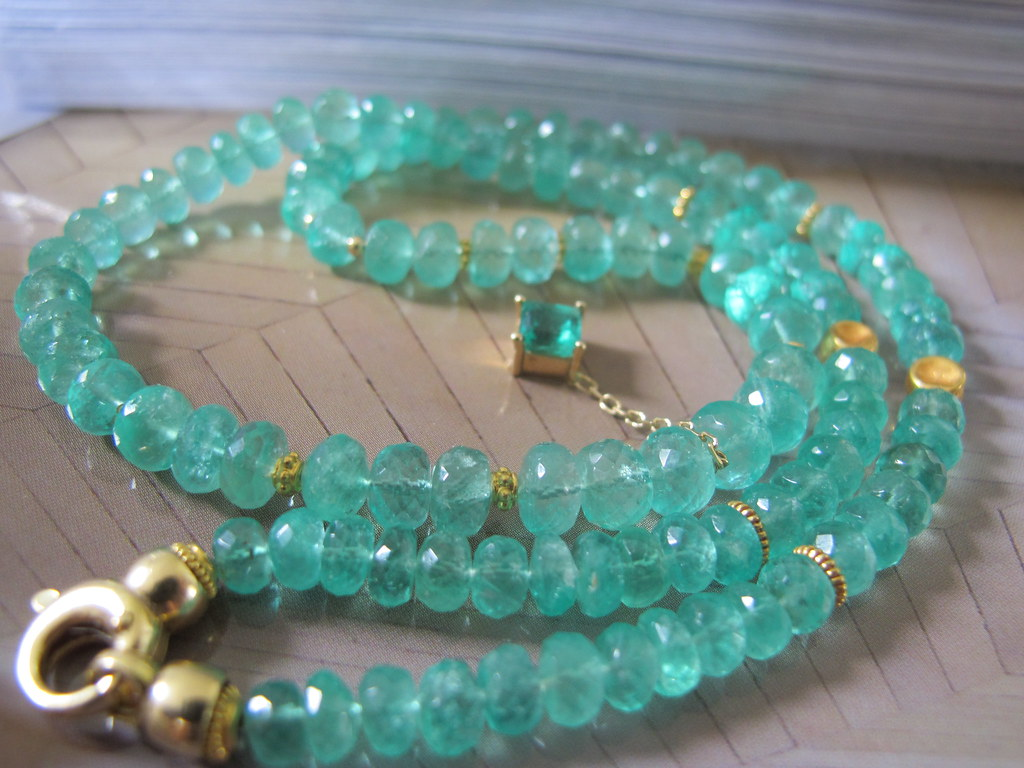 "creaJR 1284 ""Green Soul"" Natural emerald bead necklace adorned with high karat gold"