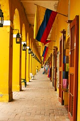 Yellow being... (Malu Green!) Tags: color green colors yellow bandeira wall cores colombia flag colores amarillo amarelo gelb malu malugreen bandera cartagena cor flagge corredor farben flur