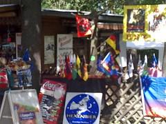 Verkaufsstand mit Reichskriegsflagge