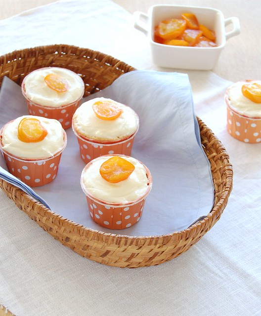 White chocolate cupcakes with candied kumquats / Cupcakes de chocolate branco com quincans em calda