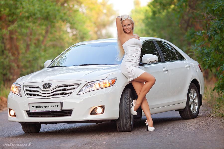 фото девушек блондинок в машине