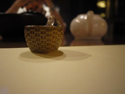 杯子弄成竹簍的造型 (其實反而不方便喝)