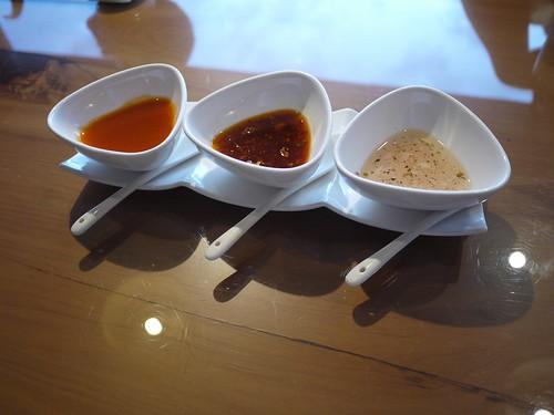 萬用醬料:由左至右 (吃起來像)梅子酸醬 蒜泥白肉醬 美式洋蔥醬
