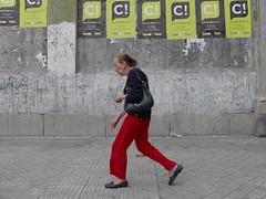 De Rojo y Negro/In Red and Black (Joe Lomas) Tags: madrid street leica urban espaa calle spain candid reality streetphoto urbano urbanphoto realidad callejero robados realphoto fotourbana fotoenlacalle fotoreal leicaphoto