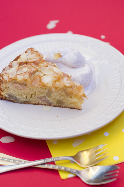 Mandlikattega õunakook / Apple cake with almond topping