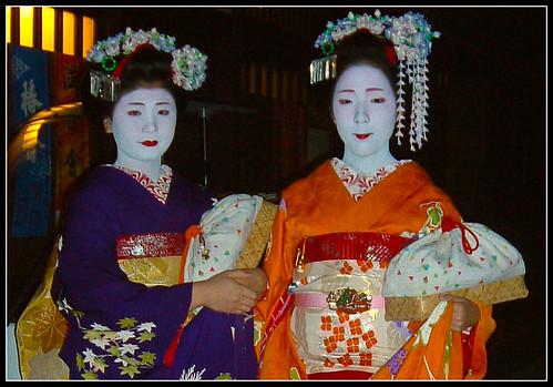 Maikos Koiku y Koyuki con la misma ozashiki-kago