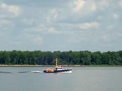 Tonnenleger ... (bayernernst) Tags: juni deutschland transport fluss schiff strom elbe 2010 norddeutschland schifffahrt flus tonnenleger 21062010 sn202182