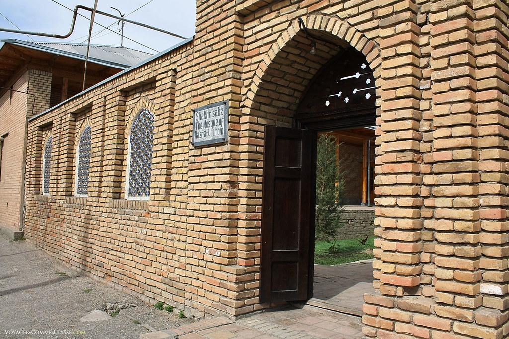Entrada da mesquita, toda ela em tijolo.