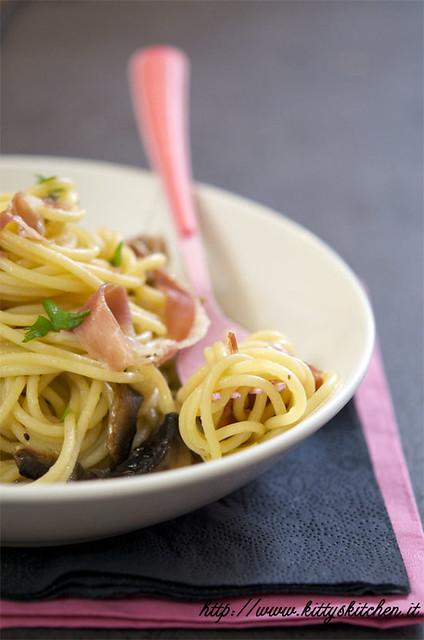 spaghetti funghi e prosciutto