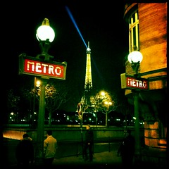 Alma-Marceau, le rayon bleu (berardici) Tags: paris france night subway ray eiffeltower toureiffel ubahn 100 transports rayon nuit 050 pontdelalma parisbynight 5faves cadrenoir iphone4 metro johnslens hipstamatic blankonoirfilm objectifjohns johnsblankonoir