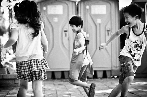[フリー画像] 人物, 子供, モノクロ写真, 台湾人, 201107060700