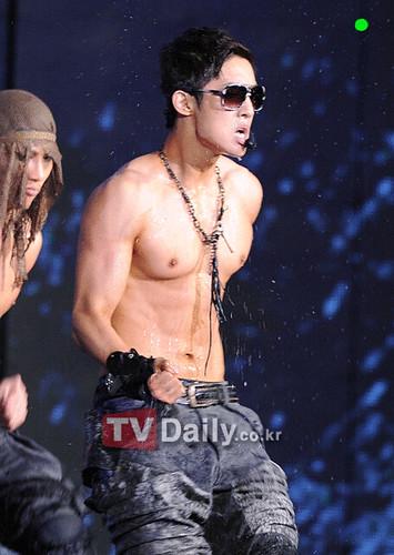 {Photos} Kim Hyun Joong Mnet 20's Choice Break Down Performance [07.07.2011]