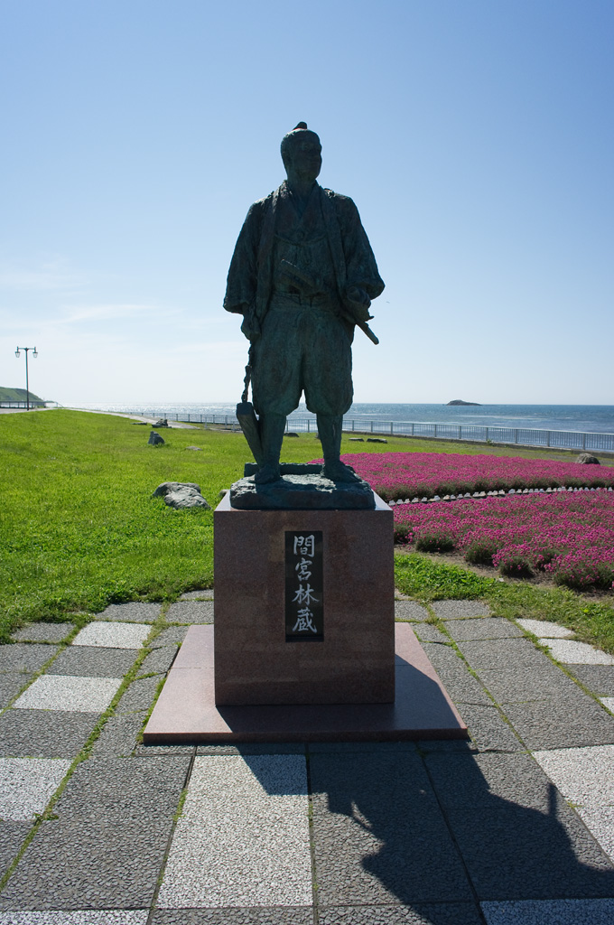 "the bronze statue of ""Maniya Rinzo"""