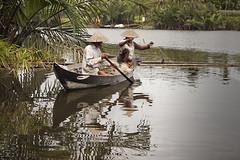 Pescadores en Hoi An (biterus) Tags: red naturaleza verde rio canon agua barca vietnam hoian sombrero tamron vietnamita biterus