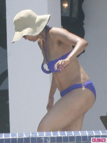 Tyra-Banks-Bikini-13-435x580