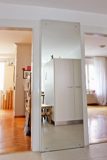 Spiegelung und Blick ins Arbeitszimmer und ins Wohnzimmer