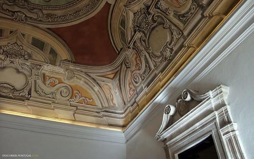 O tecto à saida da biblioteca é pintado