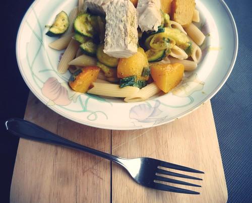 Pasta mit Lachsstreifen & Pfirsich in Curryrahm